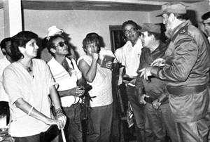 Los periodistas Ileana Borges, Pedro Paneque y Susana Lee de (izquierda a derecha) escuchan atentamente las palabras de Fidel.Foto:Cortesía de Pedro Paneque