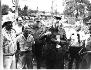 Fidel en su recorrido por Sierra de Cubitas, dialoga con vecinos y dirigentes de ese territorio. Al fondo, el segundo de izquierda a derecha, José Gilberto Valdés dando cobertura al acontecimiento.Foto:Cortesía de José Gilberto Valdés.