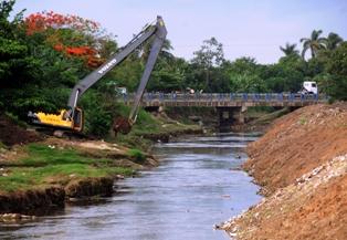 Dragado de las márgenes de los ríos Tínima y el Hatibonico.