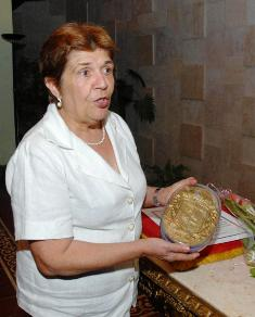 The Cuban historian Olga Portuondo, National Award of Social and Humanistic Sciences 2010, received the Coat of Arms of the City, maximum distinction of the Government in the municipality of Camagüey, in the Room Nicolás Guillén