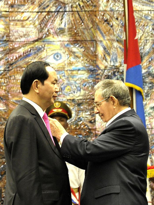 Raul Castro bestows top Cuban medal on Vietnamese President