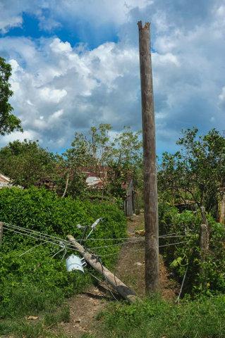De la fuerza del huracán en tierras mineñas da cuenta este poste eléctrico, partido al medio por los vientos. Foto de Leandro Pérez Pérez