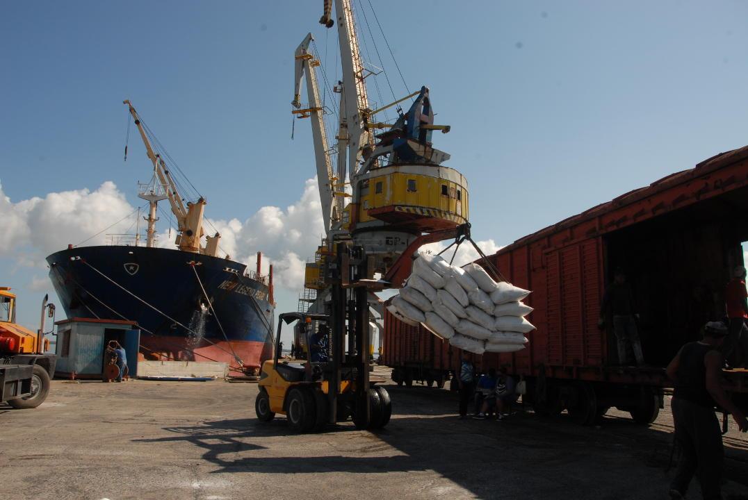 Llega al puerto de Nuevitas primer barco después del huracán