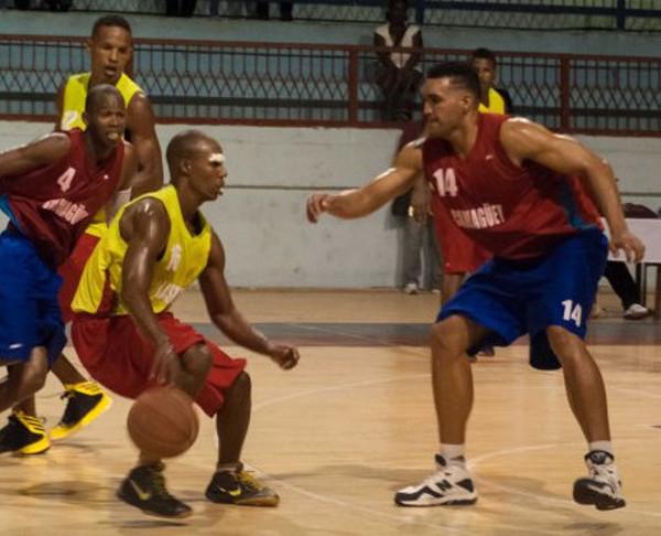 Tigres camagüeyanos vencen a Sancti Spíritus en Baloncesto de zona central