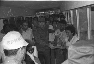 El Comandante en Jefe Fidel Castro Ruz, el 25 de julio de 1989, con el colectivo de el Centro de Ingeniería Genética y Biotecnología, de Camagüey. Foto:Archivo de Adelante