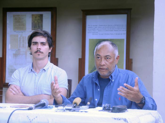 El actor Daniel Romero (protagonista) y el director Rigoberto López, esta tarde en la Quinta Simoni, de Camagüey. Foto: Orlando Durán Hernández /Adelante