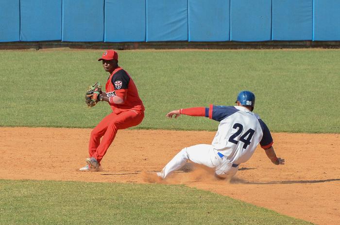Barre Camagüey a Santiago y mantiene la cima del Béisbol cubano