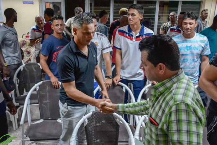 Intercambian autoridades políticas y del Gobierno en Camagüey con equipo de Béisbol