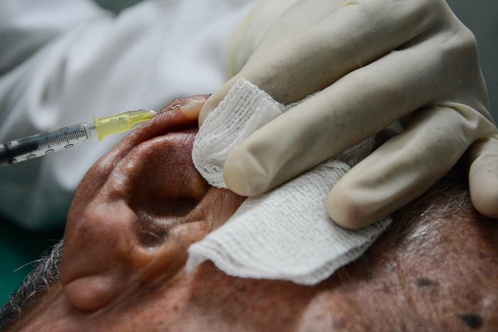 Oscar Figueredo recibe el tercer tratamiento. En los dos anteriores, con la cura de sus lesiones mediante el medicamento.