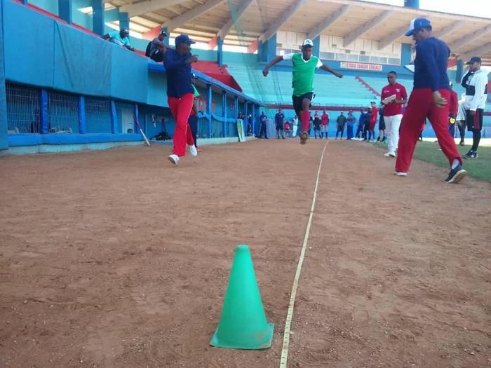 Entrena preselección camagüeyana de Béisbol en su cuartel general